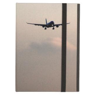 Aeroplano para arriba en el cielo sobre las nubes