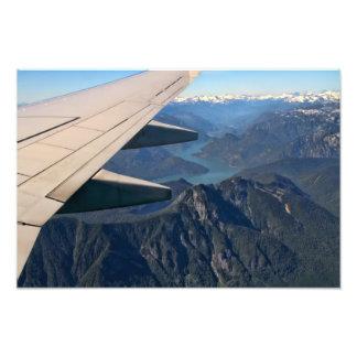 Aeroplano que vuela sobre las montañas rocosas impresiones fotográficas