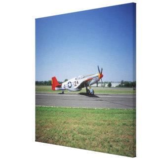 Aeroplano rojo de la cola de P-51 C Tuskegee en el Impresiones En Lona Estiradas