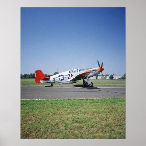 Aeroplano rojo de la cola de P-51 C Tuskegee en el Poster