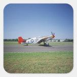 Aeroplano rojo de la cola de P-51 C Tuskegee en el Calcomania Cuadradas