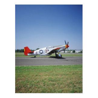 Aeroplano rojo de la cola de P-51 C Tuskegee en el Postal