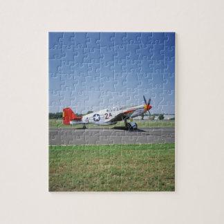 Aeroplano rojo de la cola de P-51 C Tuskegee en el Rompecabezas Con Fotos