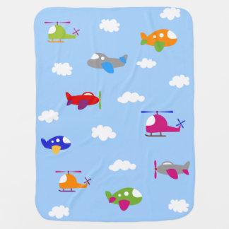 Aeroplanos coloridos en la manta del bebé del mantas de bebé