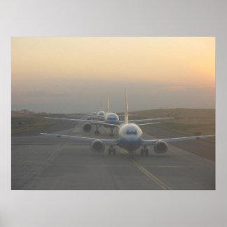 Aeroplanos en una pista póster