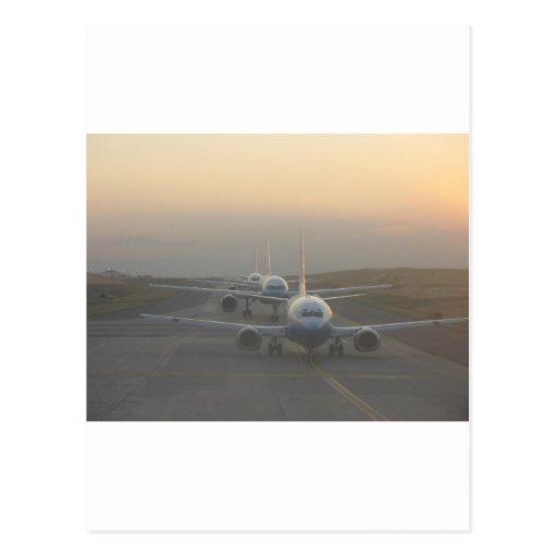 Aeroplanos en una pista tarjeta postal