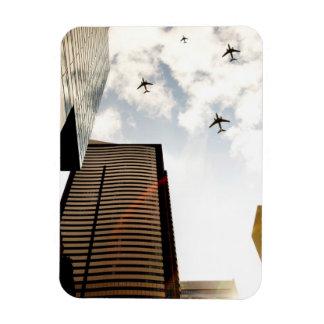 Aeroplanos que vuelan sobre edificios imán rectangular