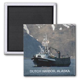 Aerosol Aleutian, barco del cangrejo en el puerto  Imán Cuadrado