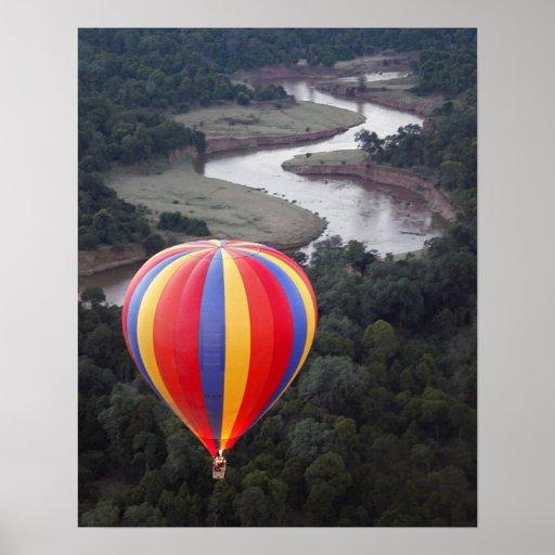 Aerostación de aire caliente sobre el río de Mara Póster