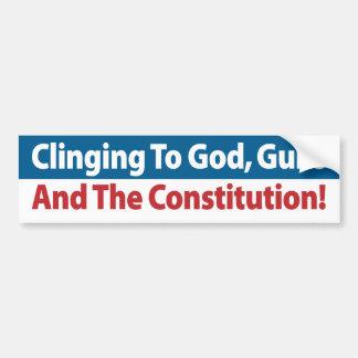 ¡Aferrándose en dios, los armas y la constitución! Pegatina De Parachoque
