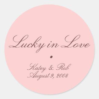 Afortunado en amor y bonito en rosa etiqueta redonda