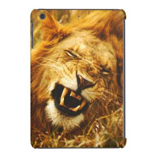 África, Kenia, Maasai Mara. León masculino. Funda Para iPad Mini Retina