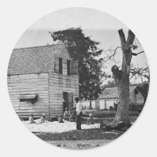 Afroamericanos que preparan algodón circa 1862 pegatinas redondas