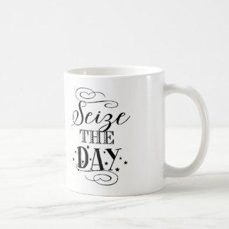 Agarre el día - taza de café de la tipografía