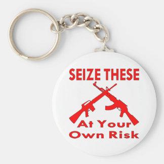 Agarre éstos (los armas) en su propio riesgo llavero redondo tipo pin