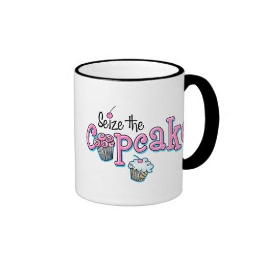 Agarre la magdalena taza de café