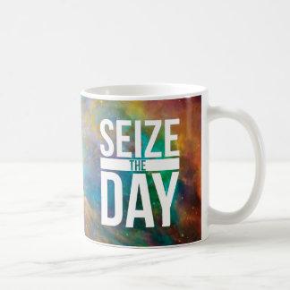 Agarre la nebulosa del día taza de café