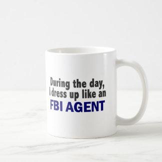 Agente del FBI durante el día Taza Básica Blanca