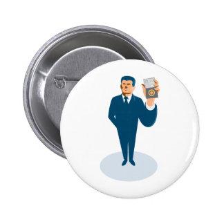 agente secreto del hombre de negocios que muestra  pin redondo de 2 pulgadas