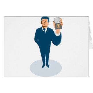 agente secreto del hombre de negocios que muestra tarjeta de felicitación
