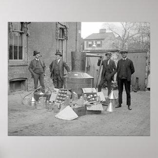 Agentes con todavía alcohol ilegal, 1922. Foto del Póster