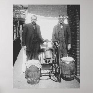 Agentes todavía que exhiben el whisky, 1920. póster