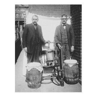 Agentes todavía que exhiben el whisky, 1920 postal