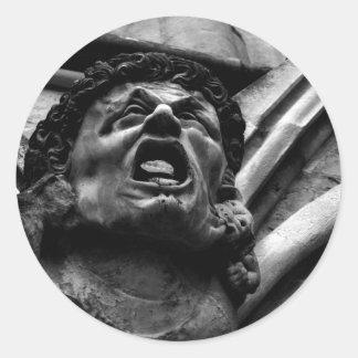 Agonía del Gargoyle penetrante de los Imps Pegatina Redonda