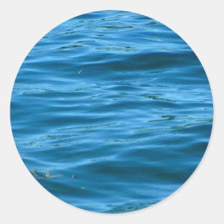 Agua azul del océano pegatina redonda