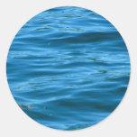 Agua azul del océano pegatinas redondas
