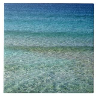 Agua azul del océano sobre la arena blanca tejas  cerámicas
