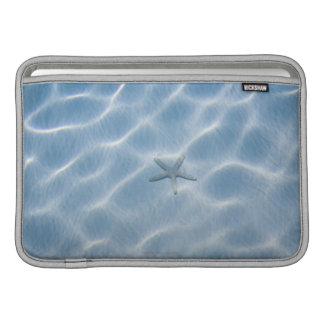 Agua azul ondulada con las estrellas de mar fundas macbook air