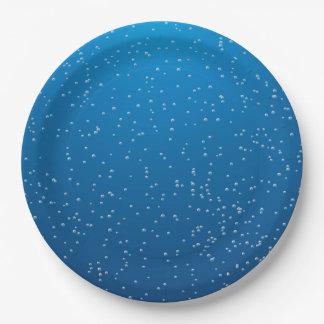 Agua azul profunda y burbujas minúsculas platos de papel