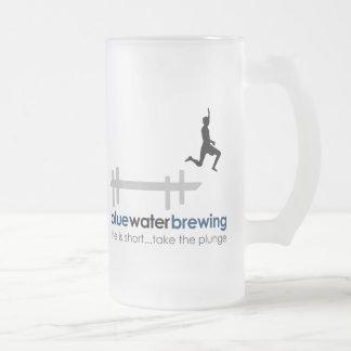 Agua azul que elabora cerveza la taza esmaltada