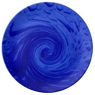 Agua azul que remolina plato de cerámica