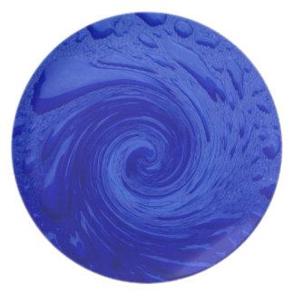 Agua azul que remolina platos de comidas