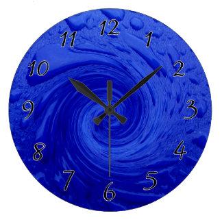 Agua azul que remolina reloj redondo grande