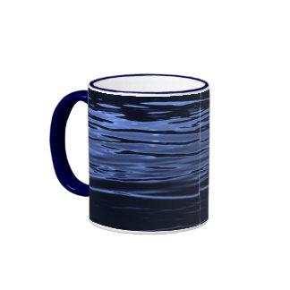 Agua azul tranquila taza de dos colores
