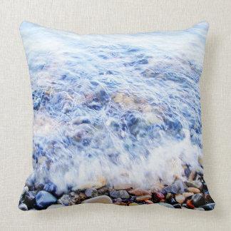 Agua azul y piedras de la almohada cojín decorativo
