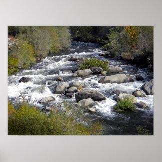 Agua blanca del río de la pluma póster