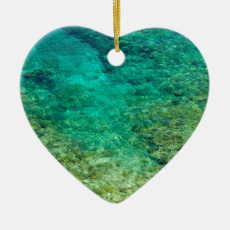 Agua clara baja con el coral adorno de cerámica en forma de corazón