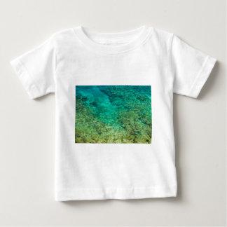 Agua clara baja con el coral polera