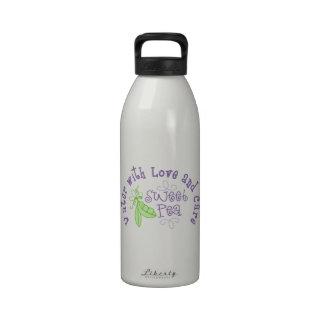 Agua con el guisante de olor del amor y del cuidad botella de agua