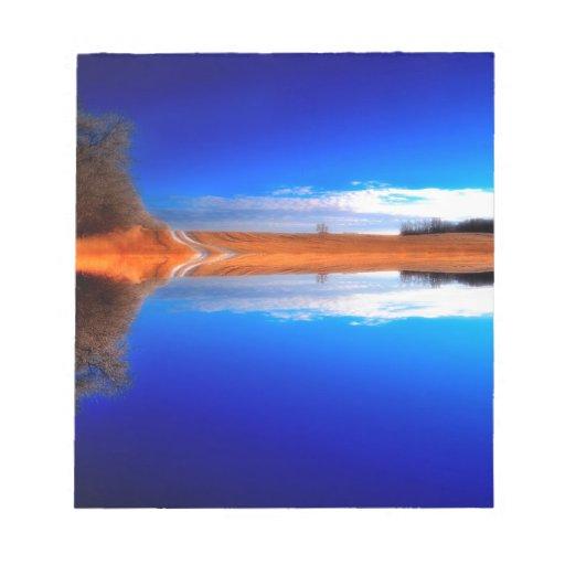 Agua cristalina por encima y por debajo de bloc de notas