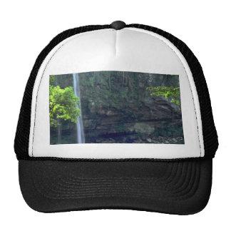 Agua de colada en una charca inmóvil gorras