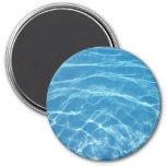 Agua de la piscina con las tejas imanes de nevera