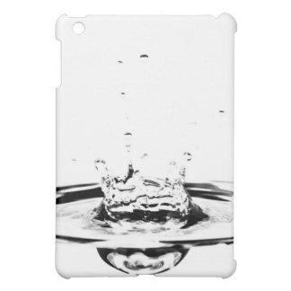 Agua de la reserva del cristal del claro del desce