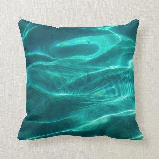 Agua de la turquesa del océano almohada