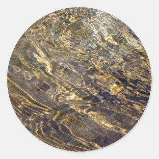 Agua de oro 2 de la fuente pegatina redonda