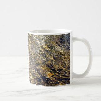 Agua de oro 2 de la fuente taza básica blanca